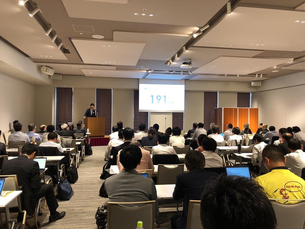 大企業の方々を前に株式会社エボレボのAGRICOMを代表取締役CEO小山が紹介中